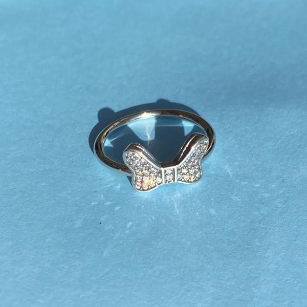 Ava ring i sterling soelv med sloejfe med zirkoner paa lyseblaa baggrund