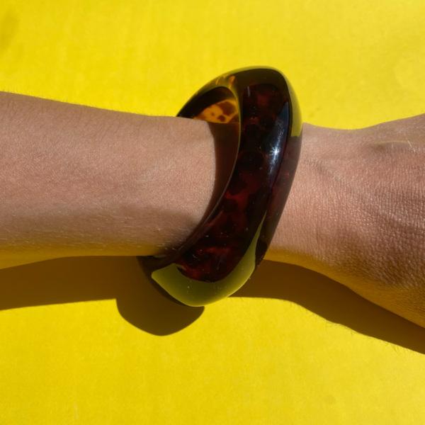 Dolly asymmetrisk armbaand i moerk turtle paa arm