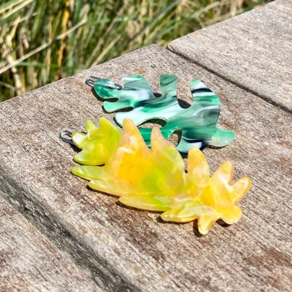 Lucille haarspaender formet som blade i gul og groent paa tre
