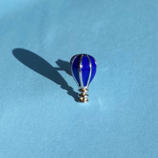 Heidi ballonformet oerestik i soelv og blaa paa lyseblaa baggrund
