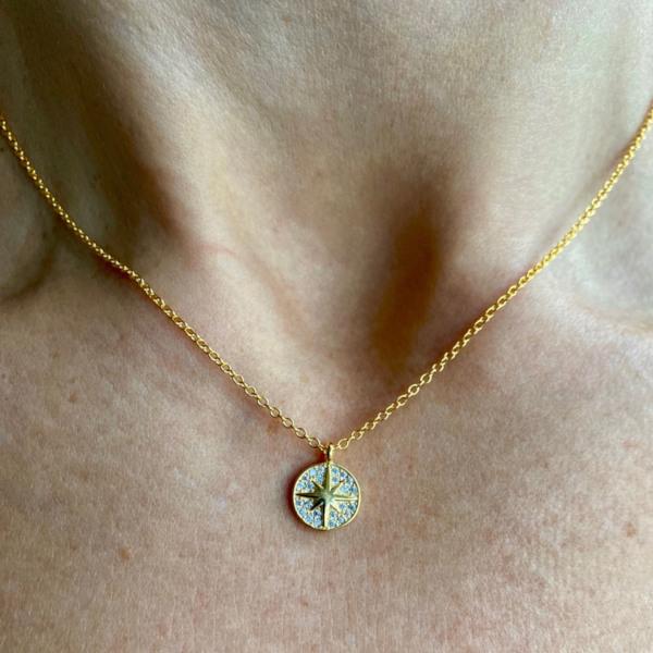Jessica halskaede i guldbelagt sterling soelv med amulet med stjerne som vedhaeng paa halsparti