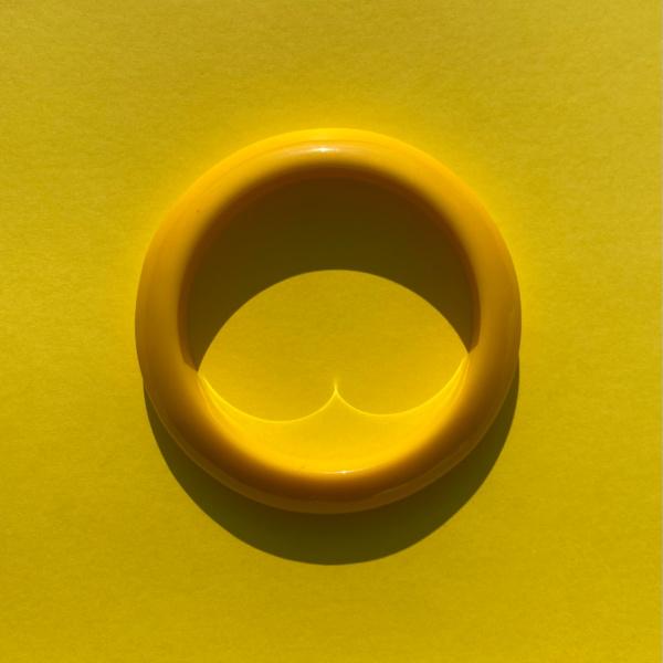 Kimmy armbaand i gul paa gul baggrund