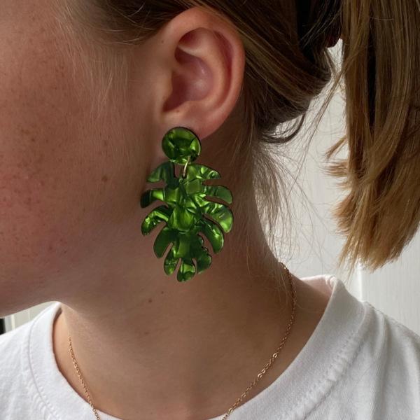 Laura oereringe med palmeblade i groenne nuancer paa model