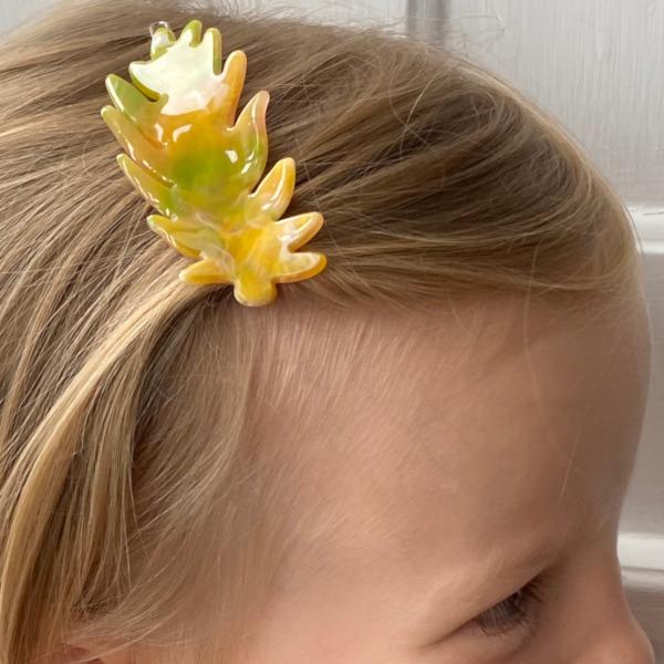 Lucille gult haarspaende formet som et blad paa model
