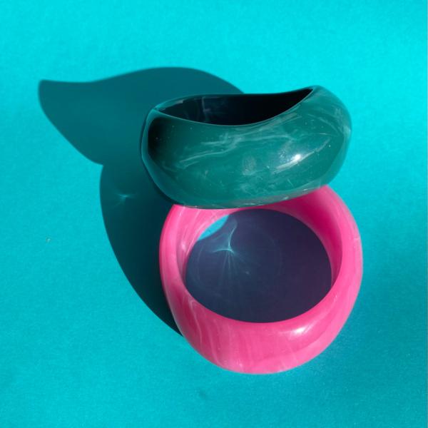 Paloma armbaand i pink og moerkegroen paa turkis baggrund