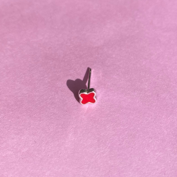 Ruby soelv oerestik med roed emalje formet som firkloever paa rosa baggrund