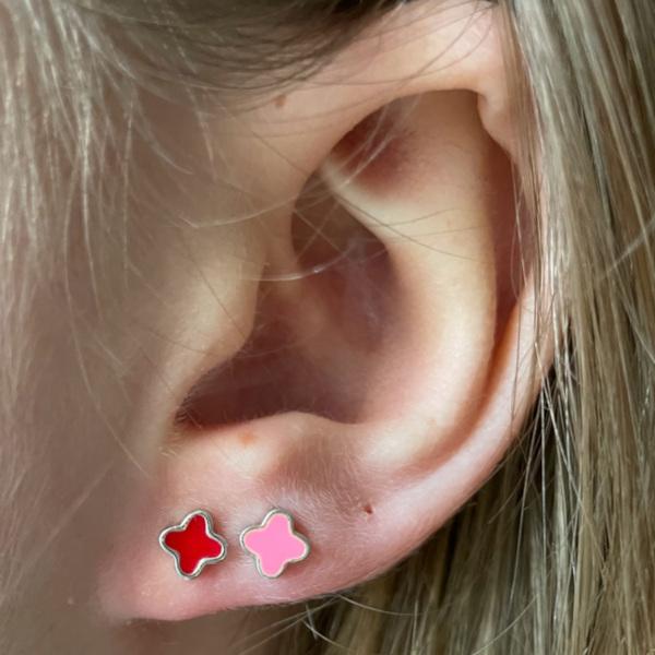 Ruby oerestik med roed og rosa emalje i oere
