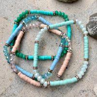 Amy armbaand i 4 forskellige farver med to slags perler paa sten