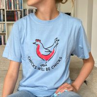 Lyseblaa t-shirt med chicks tryk paa model