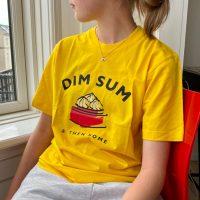 Gul t-shirt med Dim Sum tryk paa model
