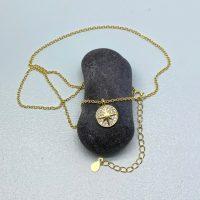 Jessica halskaede i guldbelagt sterling soelv med amulet med stjerne som vedhaeng paa sten