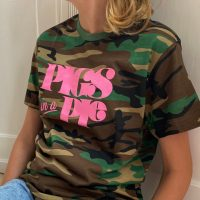 Army t-shirt med Pigs in a Pie tryk paa model