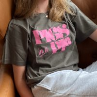 Grad t-shirt med Pigs in a Pie tryk paa model