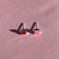 Ruby soelv oerestikkere med rosa eller roed emalje formet som firkloever paa rosa baggrund